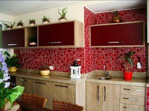 Pastilha de vidro vermelha na cozinha