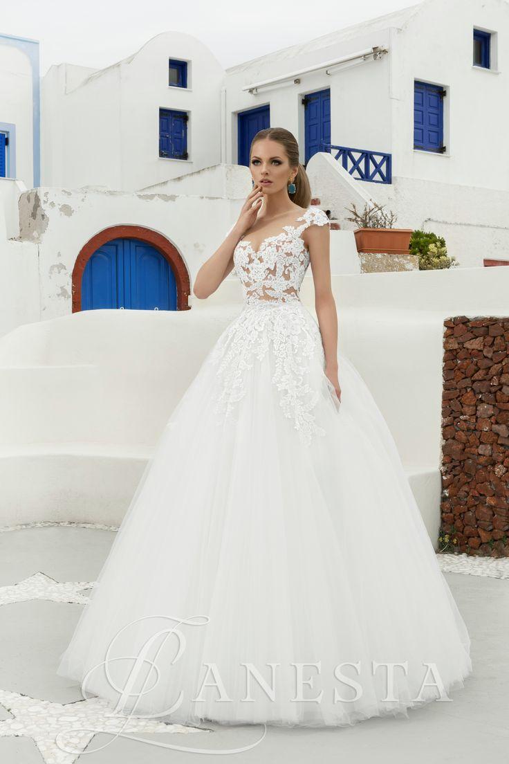 B'janka Kölcsönzési díja: 165.000,- Ft A szalonban próbálható 34/36 méretben!  Tüllös esküvői ruha csipke felsőrésszel.