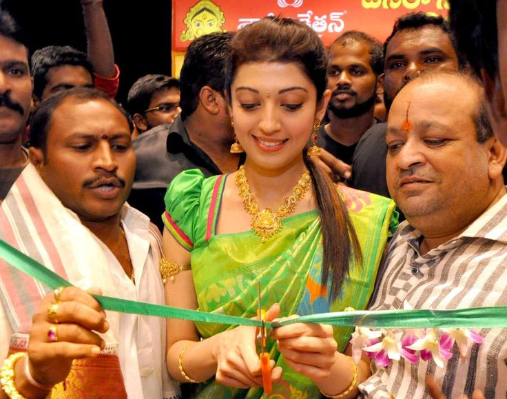 awesome Pranitha Subhash Launches Kalaniketan Showroom in Nalgonda