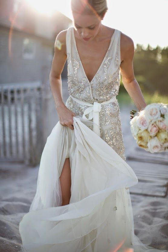 Les presentamos este lindísimo vestido de novia del diseñador Dennis Basso. Vestido bordado en piedras color plata, plateado, con falda de tul con muchísimo vuelo! Vestido con escote en V y muchas transparencias! DIVINO! Te animás usar algo así para tu boda/casamiento? Más fotos: http://www.wedstyle.com.ar/wedstyle/blog/vestido-de-novia-bordado-con-lentejuelas-plateadas-fashion-lookbook/