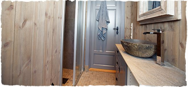 Bad | Hyttebloggen - liker beisen brukt på veggene og fargen på døra... og dørvrideren