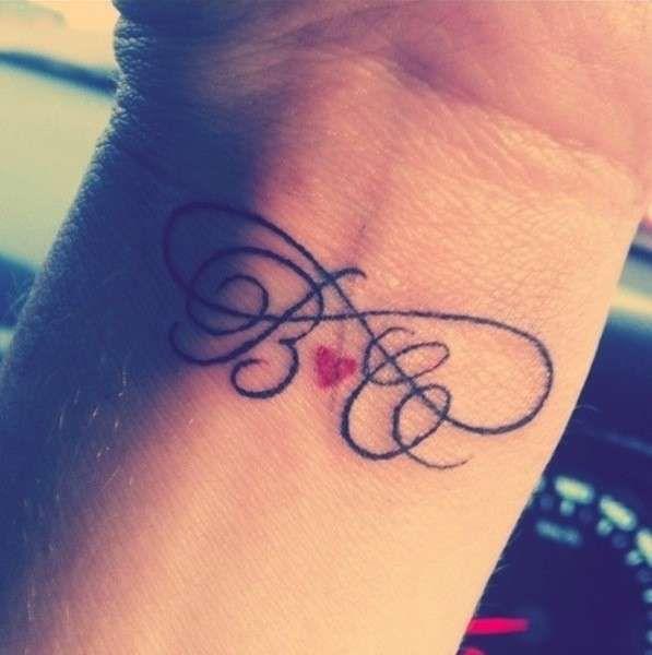 tatuaggio-interno-polso-con-lettere-iniziali-e-cuore-rosso.jpg (597×600)