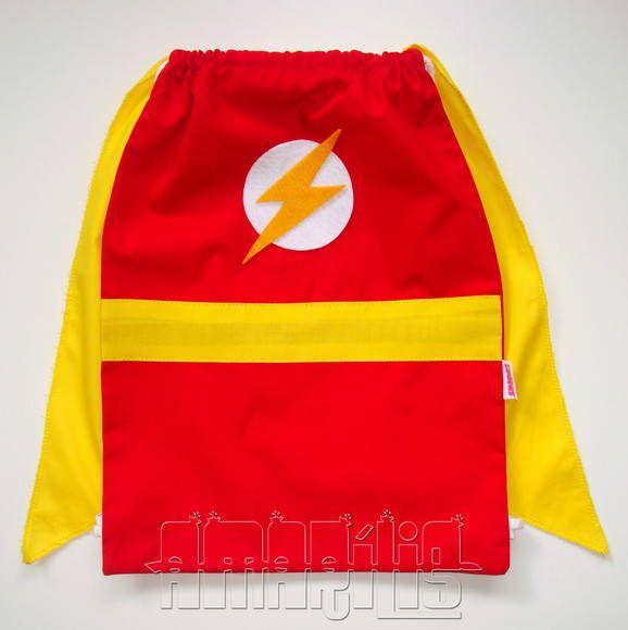"""CRIAÇÃO POR AMARÍLIS ATELIER! <br> <br>Mochilinha Infantil tipo """"Saquinho"""" com o Modelo Flash <br>Tema Liga da Justiça <br> <br>Fechamento Prático! <br> <br>Blusa Vermelha <br>Símbolo do Super-Herói em Feltro <br>Short Vermelho <br>Cinto Amarelo <br>Cadarço Branco <br> <br>O modelo Flash está disponível nas versões com ou sem capa amarela! <br>- SEM CAPA: R$ 12,50 cada <br>- COM CAPA: R$ 14,50 cada <br> <br>Ao fazer o pedido, avise-nos da escolha para ajustarmos o valor. <br> <br>PEDIDO…"""
