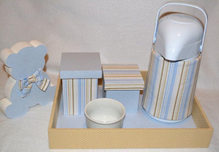 O kit higiene é composto pelos seguintes itens: <br> <br>- 1 bandeja retangular em madeira MDF ,forrada em tecidos de tricoline 100% algodão. <br>- 2 potes forrados com tecido tricoline 100% algodão, forrados por dentro e por fora <br>- 1 garrafa térmica na cor branca com capacidade de 500 ml, mais capinha decorativa em tecido coordenado e aplicação do tema. <br>- 1 molhadeira de porcelana na cor branca. <br> <br> <br>Obs.: os tecidos que revestem a Bandeja e os Potes são IMPERMEABILIZADOS…