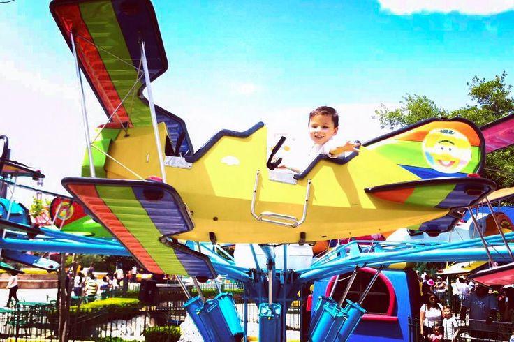 Ellos aprenderán a volar con sus propias alas a perseguir sus sueños nosotros siempre estaremos para impulsarlos.  #Max está feliz porque llegó la primavera y pudo regresar a Parque Plaza Sésamo. Que tengan un #FelizDomingo!  #familia #domingo #hijo #jugando #photo #photooftheday #plazasesamo