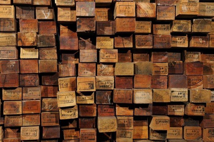 リクレイムドウッドという言葉を知っていますか?家や家具などに使われていた木を、再利用するために加工された木材のことを、リクレイムドウッド(古材)といいます。