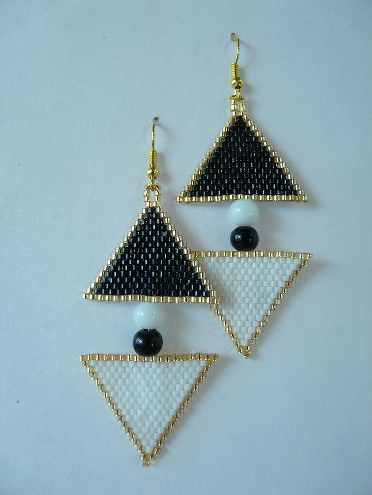 """Boucles d'oreilles en tissage Brick Stitch motif """"Triangles ying et yang"""" noir et blanc : Boucles d'oreille par laurette-perles-creation"""