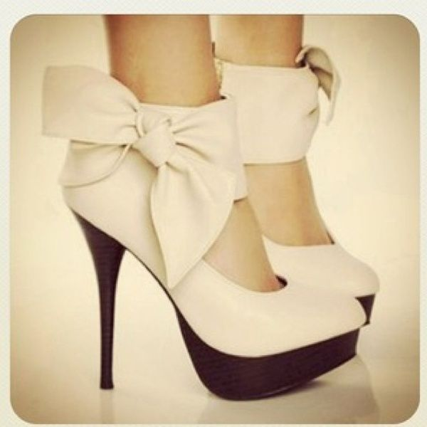in love: Fashion, Bows Heels, Style, Clothing, High Heels, Big Bows, Shoes Shoes, Bow Heels, Bows Shoes