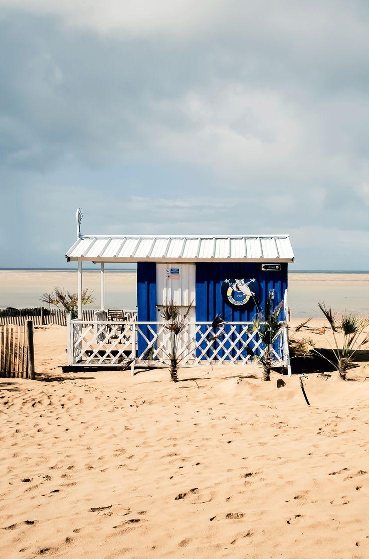 petite cabane en bois sur la plage de la rochelle par. Black Bedroom Furniture Sets. Home Design Ideas