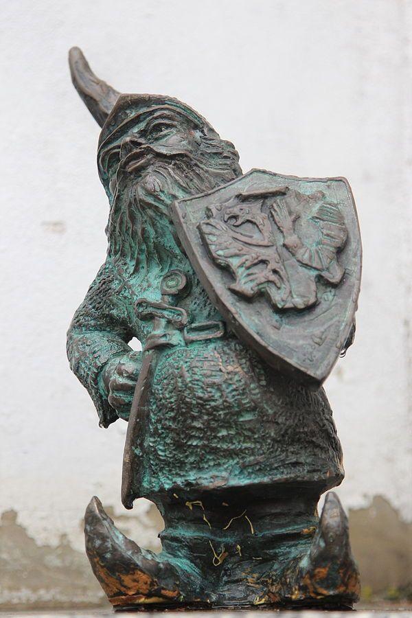Rycerz Jadwiżański (Leśniczyk) znajdujący się przed Zamkiem w Leśnicy na placu Świętojańskim 1; autor: Beata Zwolańska–Hołod