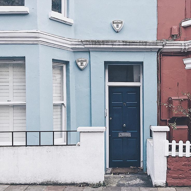 Look at these colors. #nottinghill #london #londonlife #londoner #londoncity #firststeps #newlife #colors #doors #beautifulbuilding…