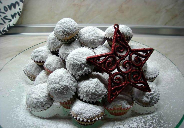 Αυτοί οι κουραμπιέδες είναι πανευκολοι να τους φτιάξετε και πεντανόστιμοι Υλικα 500 γρ φρεσκο βουτυρο, 1/2 φλυτζανα του νες καφε ζαχαρη αχνη 2 βανιλιες περίπου 4 φλυντζανες αλεύρι για όλες τις χρήσεις,(γύρω στο κιλό) ζαχαρη αχνη για το πασπαλισμα. Αμυγδαλά δεν εβαλαγιατί