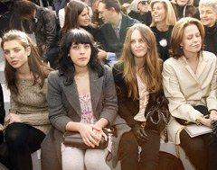 Geliebte Schwestern - Beauty-Trends vom Laufsteg: - Mit Charlotte Casiraghi auf der einen und Hollywoodstar Seagourney Weaver auf der anderen Seite waren Alison und Vanessa Paradis in guter Gesellschaft.