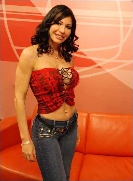 Paola Lupi - <p>Luego de la salida de Sabrina Sabrok, fue Paola Lupi quien la sustituyó en la hora pico. De origen italiano pero criada en México, inició su carrera como modelo donde su máximo logro fue ser la imagen de una cerveza. Después de finalizada  http://produccioneslara.com/pelicula-duro.php