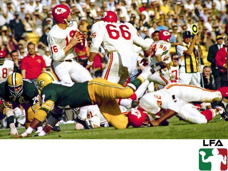 #futbolamericanoenmexico FUTBOL AMERICANO EN MÉXICO. La primera edición del Súper Tazón se realizó el día 15 de enero de 1967, pero entonces se le conocía con el nombre de AFL - NFL World Championship Game. Este juego lo disputó Kansas City Chiefs vs Green Bay Packers, quedando como campeones estos últimos. En la LFA sabemos que te apasiona este gran deporte, visita nuestra página en internet www.lfa.mx para conocer más.