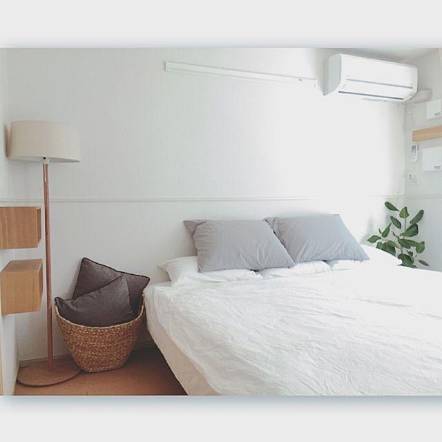 女性で、2LDKの無印良品かご/無印良品クッション/無印良品カーテン/無印良品/さわやかスタイル…などについてのインテリア実例を紹介。「無印良品の壁に掛けられる家具があまってたから……ベッド横に♡ 1人やからクッション&枕に囲まれて寝るのが好き♡ 」(この写真は 2016-03-12 22:18:54 に共有されました)