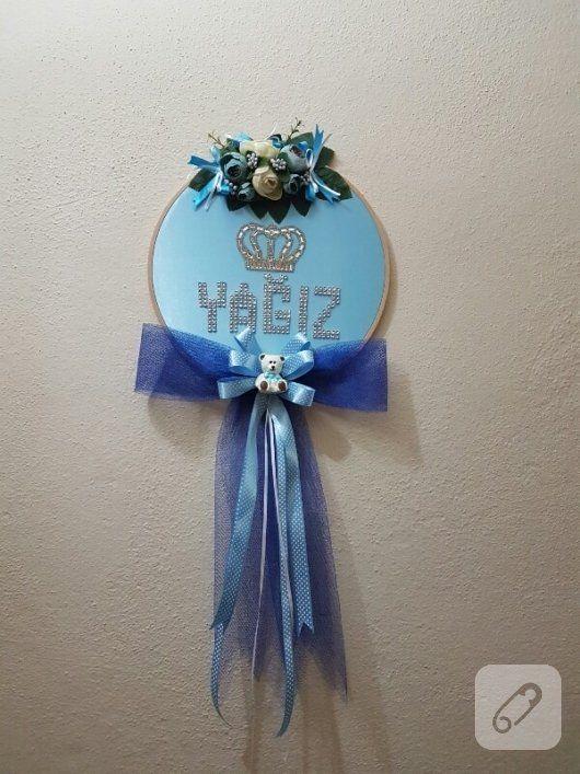 erkek bebek kapı süsü kasnak üzerine mavi saten kumaş gerilerek mavi tüller ve parlak harflerle süslenmiş. erkek ve kız bebek odası kapı ve duvar süsü modelleri ve süsleme...