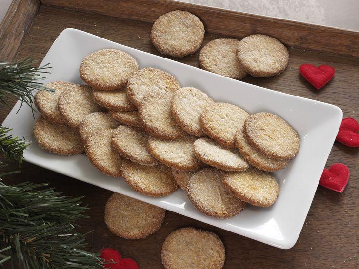 Små lækkerbiskner til kaffen eller teen med hakkede valnødder og ingefær og et drys af sukker på toppen.
