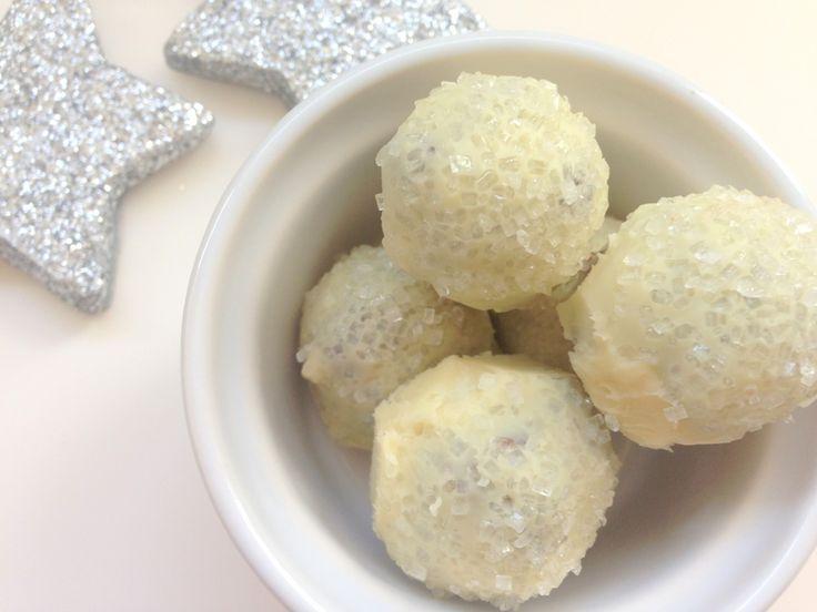 Snebolde. Hjemmelavede snebolde med marcipan, mørk og hvid chokolade og drysset med perlesukker. Se opskriften og flere billeder her.