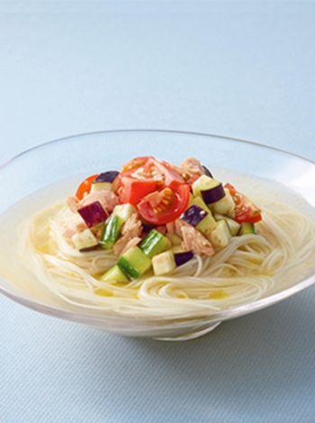 色鮮やかな、野菜たっぷり冷やし鶏だしそうめん。きゅうりやなすなど夏野菜もたっぷりとれます。あらかじめ別に具やスープを冷蔵庫で冷やしておくことで、より冷たい状態で食べられるひんやりレシピです。