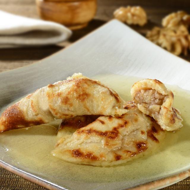 1) Em uma tigela, misture todos os ingredientes. 2) Em uma frigideira untada com manteiga e aquecida, derrame pequenas porções da massa moldando discos com 10 cm. 3) Frite apenas de um lado. 4) Repita o processo até terminar toda a massa.