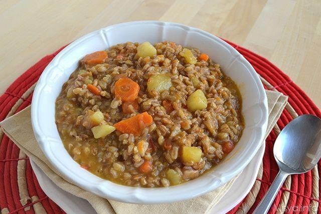 Zuppa di farro con patate e carote, scopri la ricetta: http://www.misya.info/2015/01/06/zuppa-di-farro-con-patate-e-carote.htm
