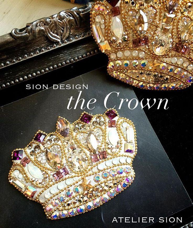 アトリエシオンオリジナル 【star Crown】 生徒様スキルアップ作品です 細かなチェーン作業も集中して綺麗に仕上がりました⭐️ #グルーデコ® #グルーデコ #習い事 #ブローチ #王冠