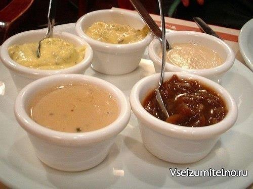 Соусы к мясным блюдам   Первый вариант / доступный - Из того что есть всегда дома/------ 2 ст.л. майонеза 2 ст.л. кефира 1 ст.л. сметаны 2 зуб.чеснока щепотка красного перца щепотка чёр. перец пучок зелени кинзы или укроп, петрушка,базилик на ваш вкус травки Все смешать, зелень измельчить, чеснок через пресс  -------Второй вариант /тип майонеза/ ЧЕСНОЧНЫЙ----- Готовим в блендере Кладем в чашку блендера: 2 яйца 2 столовые ложки соли чеснока / по вкусу/ чёрный и красный перец / по вкусу/ 1-2…