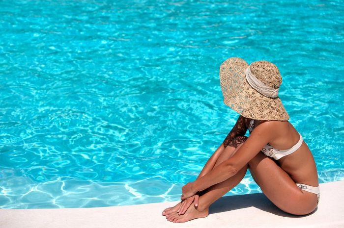 Que tal aproveitar as altas temperaturas e o solzão do verão para praticar alguns exercícios na piscina?