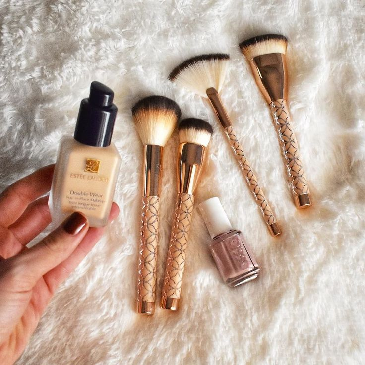 PSA: If you havent tried Estée Lauder Double Wear foundation by now-it has been all the rage for years-& I can confirm that its rightfully so!  The perfect buildable coverage that does not look or feel heavy in any way is my favorite part. It comes in shades for every skin tone  & has a flawless finished look. I like to set it with a little powder and voila 5 minute face & out the door!  Thanks to #octoly and Estee Lauder for allowing me to try this and love it. All opinions are 100% my own…