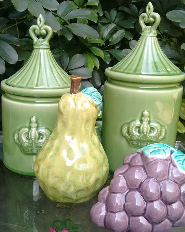 zpr Para deixar sua cozinha ainda mais linda, potes Coroa e frutas decorativas em cerâmica. Vendas online, entregamos em todo o Brasil. www.veridianahome.com.br Whats 11 994507529