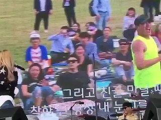 Ce fan qui danse trouble la chanteuse qui le voit sur grand écran !!