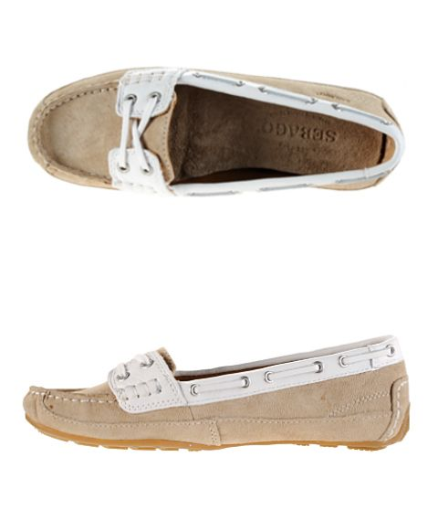 Kate wore these Sebago Bala boat shoes:  http://katemiddletonstyle.org/item/sebago-bala-shoes/