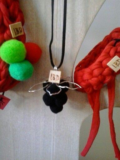 """Colección """"Olé"""".IBD Colgante uvas:25 € Collar pompones:15€ Pulsera:5€"""