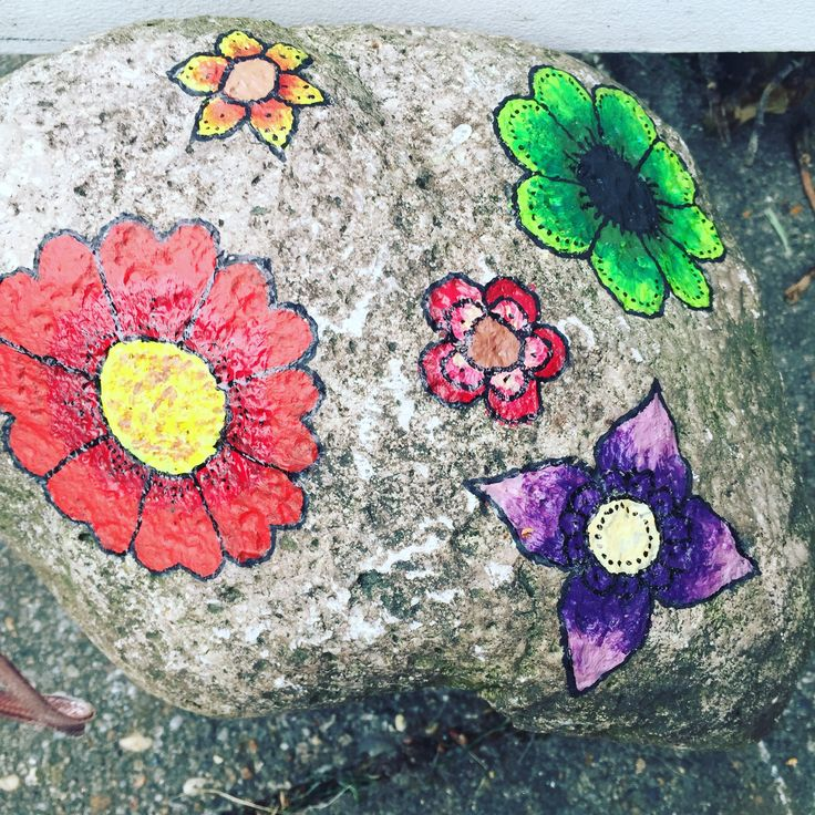 Malede sten med blomster, printed rock with flowers.