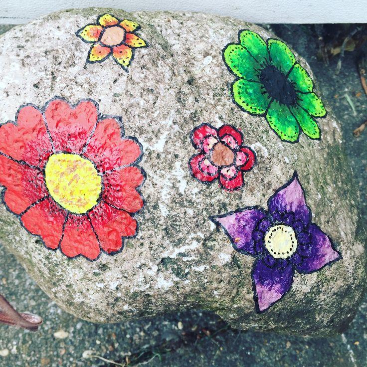 Malede sten med blomster, printed rock with flowers.