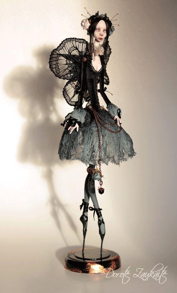 Esta muñeca refleja mi visión de Godos (subcultura gótica) - ésos obsesionantemente hermoso negro romántico criaturas. en.wikipedia.org/wiki/Goth_subculture  46cm, arcilla de aire seco, pintura pintor de acrílico de la calidad, granos de cristal, accesorios de cobre, rosas de papel de mano teñida, varias telas, pelo de seda natural. El soporte es de madera y decorado con hoja de cobre. Las piernas de esta muñeca son estática y fija a la base, mientras que los brazos son cinta articulado…