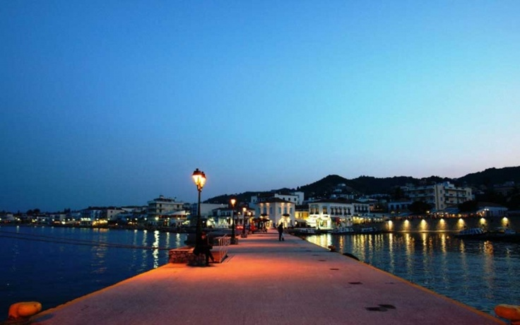 When night falls in Spetses..