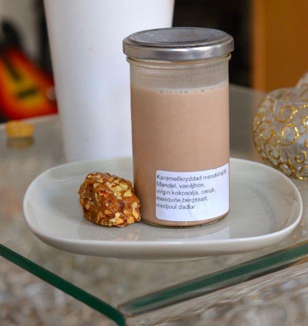 Karamellkryddad mandelmjölk: Mandel, vaniljfrön, virgin kokosolja, carob, mesquite, bergssalt, medjool dadlar.
