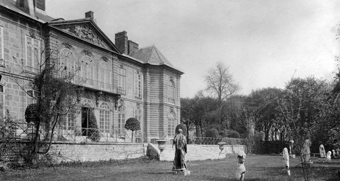 """Hôtel Biron, in 1910, now The Rodin Museum:  """"Home to the writer Jean Cocteau (1889-1963), the painter Henri Matisse, the dancer Isadora Duncan and the sculptress Clara Westhoff (1878-1954), future wife of the poet Rainer Maria Rilke (1875-1921), who first told Auguste Rodin about the estate."""" (musee-rodin.fr/en/museum/musee-rodin-paris/hotel-biron)"""
