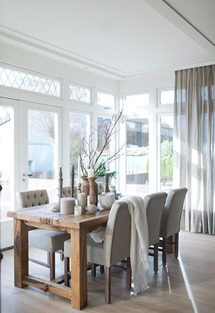 Mooie kleur stoelen -Binnenkijken bij Jaap Gerrie - stoere tafel - licht grijze inbetween