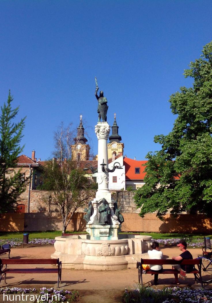 Dit mooie beeld staat in de vroegere kroningsstad van de Hongaarse koningen. Raad maar waar dat is!
