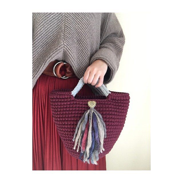 ・ ・ おはようございます♡ ・ ♡過去コーデ&作品♡ ・ 去年の秋、冬制作したバッグと着画♡ ・ このタイプのシンプルマルシェもまた需要あれば作ろうかなー??😊 ・  #プチプラ #プチプラコーデ #チャオパニック #セーター #ロングスカート #大人カジュアル #カジュアルコーデ #アメカジ #おしゃれさんと繋がりたい #おしゃれな人と繋がりたい #今日のコーデ #ママファッション #コーディネート #ママコーデ #ファッション  #大人カワイイ  #ootd  #outfit #ニット #ズパゲッティ #zpagetti #ミネトンカ #minnetonka #ボヘミアンスタイル  #マルシェバッグ #秋コーデ #トート #トートバック #秋冬小物