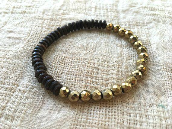 Ce bracelet de guérison est fait avec belle black jade, Pierre de lave, coquilles de noix de coco et perles de verre tchèques dorées. Ces bracelets élastiques sont tous enfilées sur leurs propres cordons, ce qui permet de les porter seul ou dans n'importe quel ordre comme empiler. Le bracelet de roche de lave rend cet ensemble un cadeau parfait d'yoga - il peut être combiné avec vos huiles essentielles préférées pour faire un bracelet de diffuseur d'huile aromatique sur mesure. Les perles…