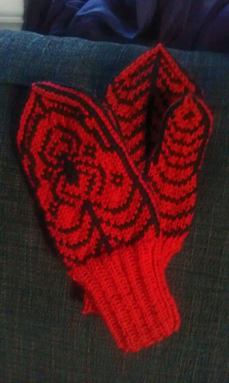 Spiderman-vottar! Fann oppskrifta på nett, søkte på spiderman mittens :)
