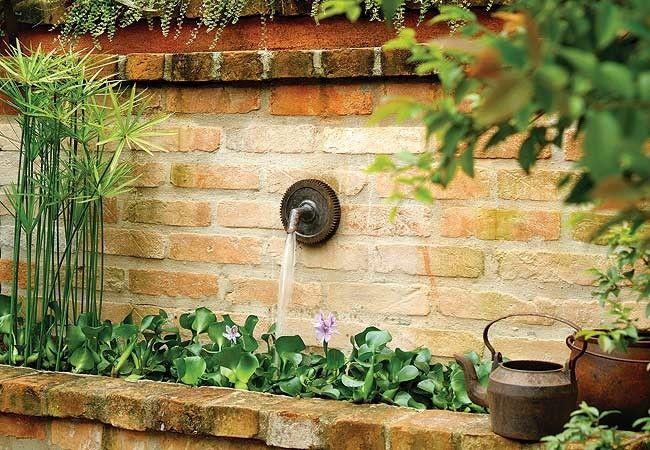 Ter um jardim é privilégio de poucos, mas todos podem desfrutar o encanto das plantas. Há maneiras inventivas de pôr temperos na cozinha, cachepôs na parede e até uma linda forração em um banco. São atitudes simples que transformam a casa – e a vida