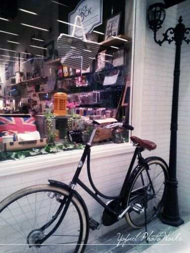 They turn this old bicycle into a creative decoration for the store