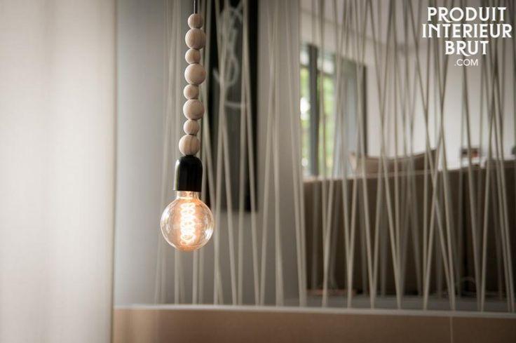 Lampada da soffitto in legno Filipïnn. La lampada da soffitto in legno Filipïnn consiste di 8 sfere  individuali disponibili in diversi colori e dimensioni, che nascondono il cavo elettrico della lampada.