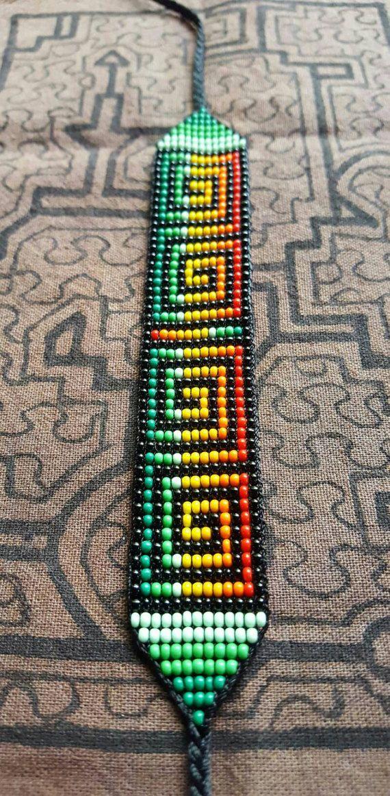 Ces perle sacrée travail de colliers et bracelets sont fait à la main par les femmes d'une coopérative indigène de la tribu Kamentsá de la vallée de Sibundoy dans le sud de la Colombie. Chaque dessin est inspiré par les visions reçues au cours de cérémonies traditionnelles.