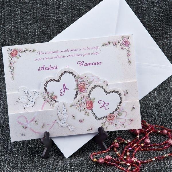 Invitatie de nunta romantica, cu inimioare, porumbei si flori.